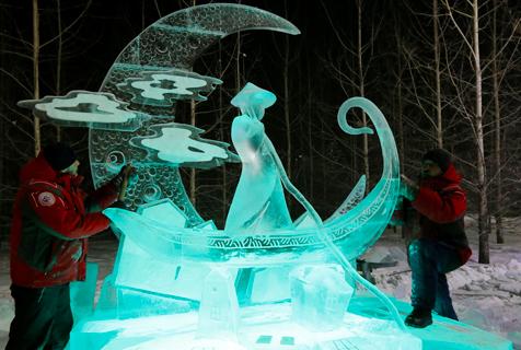 俄罗斯举行冰雪节 五彩冰灯亮相