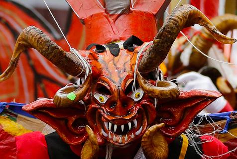 """厄瓜多尔小镇举办""""恶魔""""舞会迎新年"""
