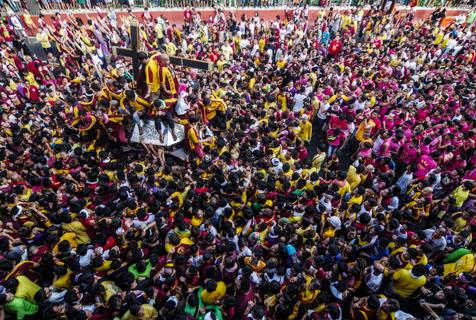菲律宾黑面拿萨勒节 数万人上街看神像