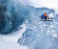 """法国冒险家挑战冰壁""""滑雪""""(图)"""