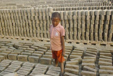 孟加拉国砖厂童工 不满十岁挑生活重担