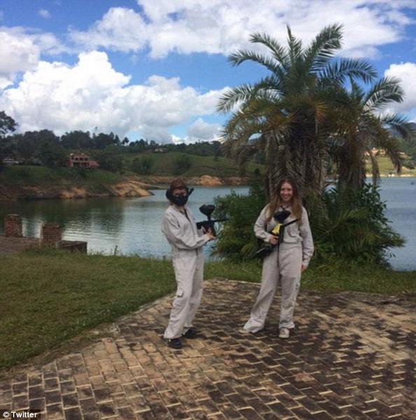 """城会玩!英游客在哥伦比亚前毒枭废置房重现""""枪战"""""""