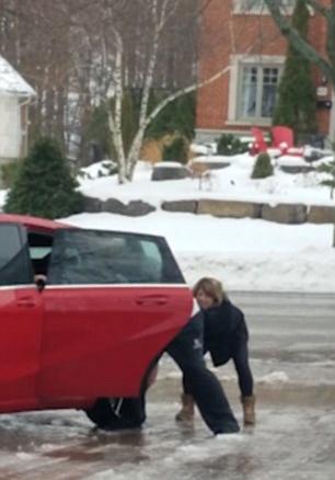 加女子冰冻路面难站稳不停狂摔 母亲狂笑不止