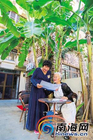 香蕉树下,卢双(右)与好友切磋练歌
