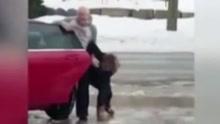路面结冰女子不断滑倒 遭一旁母亲魔性大笑