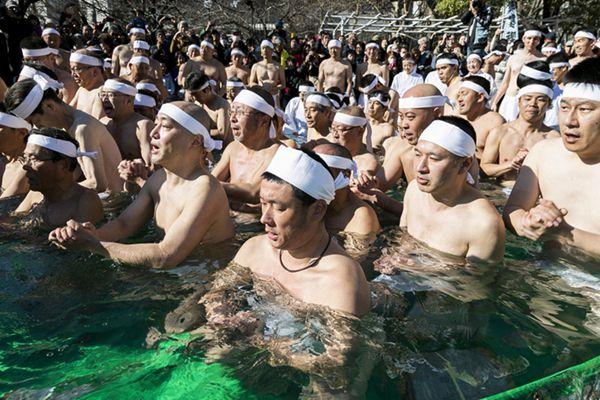 日本民众不畏严寒参加冰浴求好运