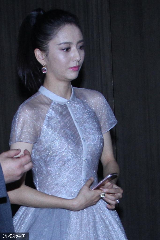 陈思诚被曝出轨 佟丽娅无视男子搭讪面色憔悴