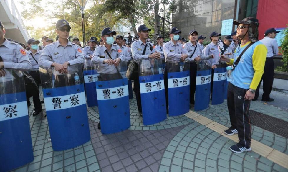 """台民众抗议当局年金改革 举明升国际""""墓碑""""撒冥纸"""