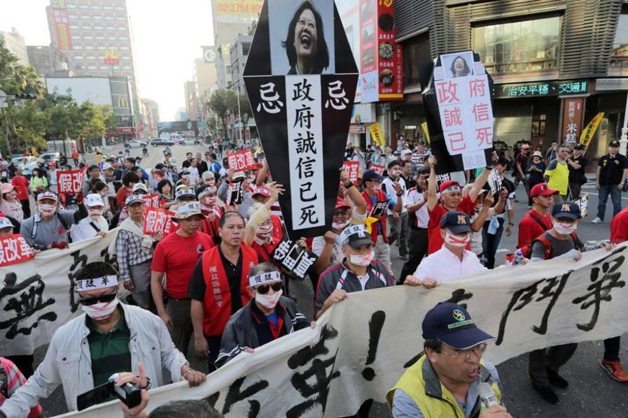 """台民众抗议当局年金改革 举蔡英文""""墓碑""""撒冥纸"""