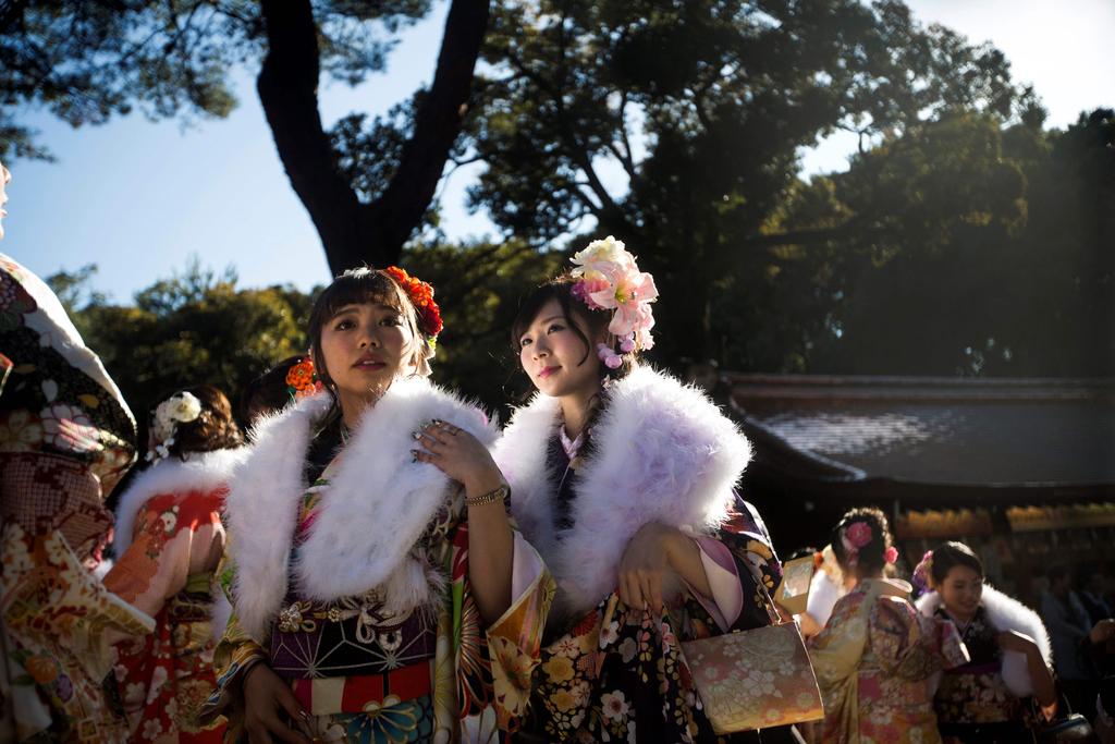 """日本多地举办""""成人节""""庆祝仪式 少男少女穿和服亮相"""