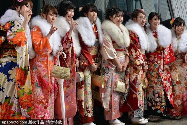 """日本女子盛装冒雨参加""""成人节"""" 抽烟自拍玩嗨"""