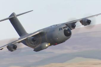 实拍A400M运输机钻山沟飞行