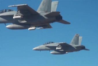 美军战机一次投下上百架无人机