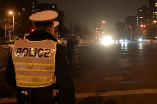 """上海交警整治违法滥用远光灯 请驾驶员""""以身试灯"""""""