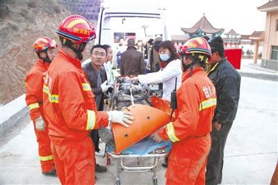 女生出游跌落山涧 无人机协同消防员救援