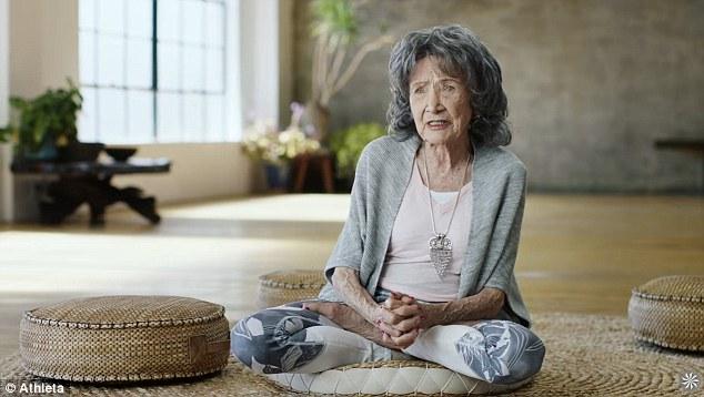她是世界最老瑜伽教练 身体柔韧似少女
