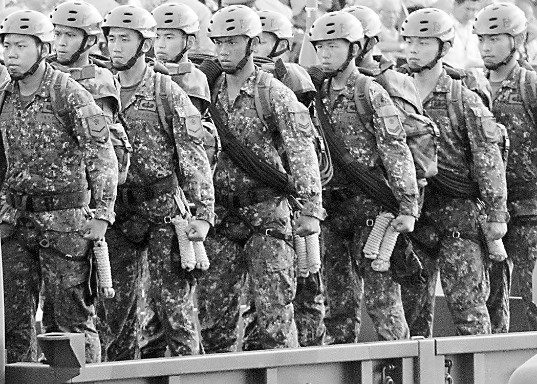 """台军改立正姿势被讽""""有鸟用"""" 显示部队焦躁不安"""
