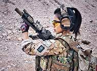 军服美少女感受美女和武装互动