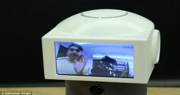 美国大学生发明备忘机器人 会用动图回应