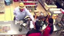 美国劫匪手指顶住衣服伪装手枪 吓唬店员并抢劫