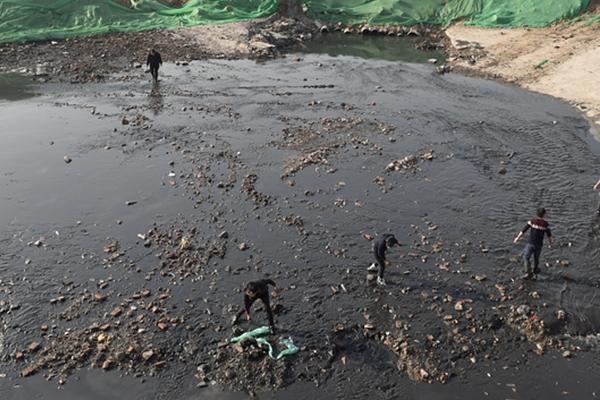 北京通惠河开始清淤工程 市民不顾寒冷下河捕鱼