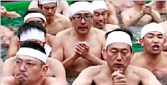 日本百人寒冬泡冰水 祈新年身体健康