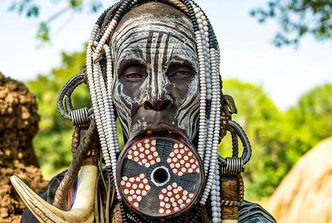 非洲原始部落独特风俗:唇盘越大越美
