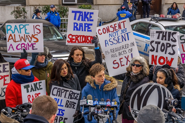 纽约:女权组织发起游行 要求警方重视强奸犯罪