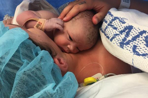 """厉害了!澳孕妇亲自助产剖腹手术""""自取""""婴儿"""