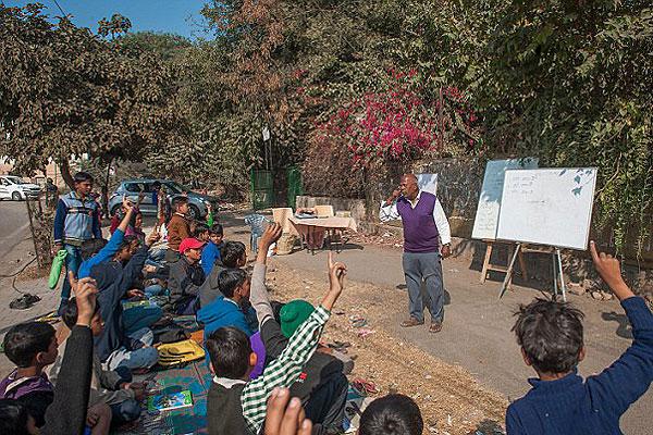 """印度67岁退休老人办""""路边学校"""" 为贫困生上课"""