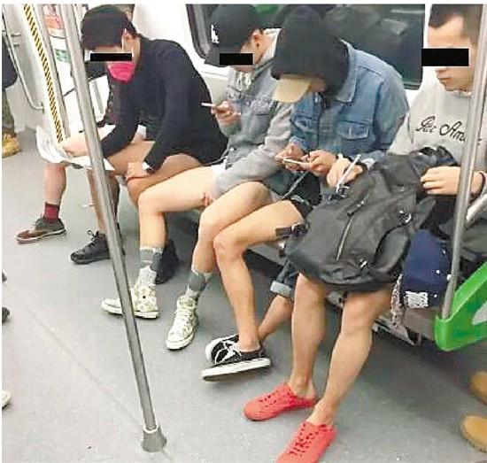 杭州地铁上10个男生当众脱裤 大伯大妈一脸懵