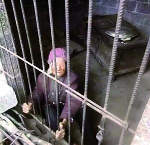92岁老人被锁小屋多年 儿媳:婆婆大小便失禁