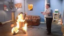 女子遭丈夫泼汽油烧成火人  监控拍下惊悚瞬间