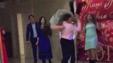 """热舞男子欲举起女舞伴 不料把伙伴""""过肩摔"""""""