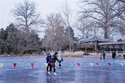 两学生清华走冰面坠湖1人溺亡 不远处仍有人滑野冰