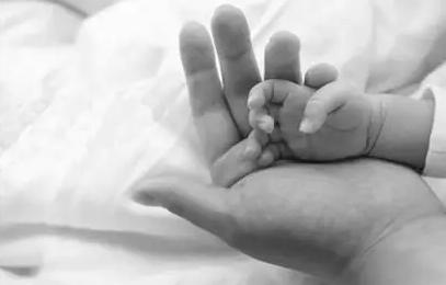 女子产后抑郁用胸部捂死3个月大儿子 获刑3年