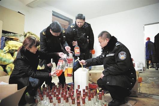 10元一斤劣酒充名酒 警方侦查锁定制假窝点