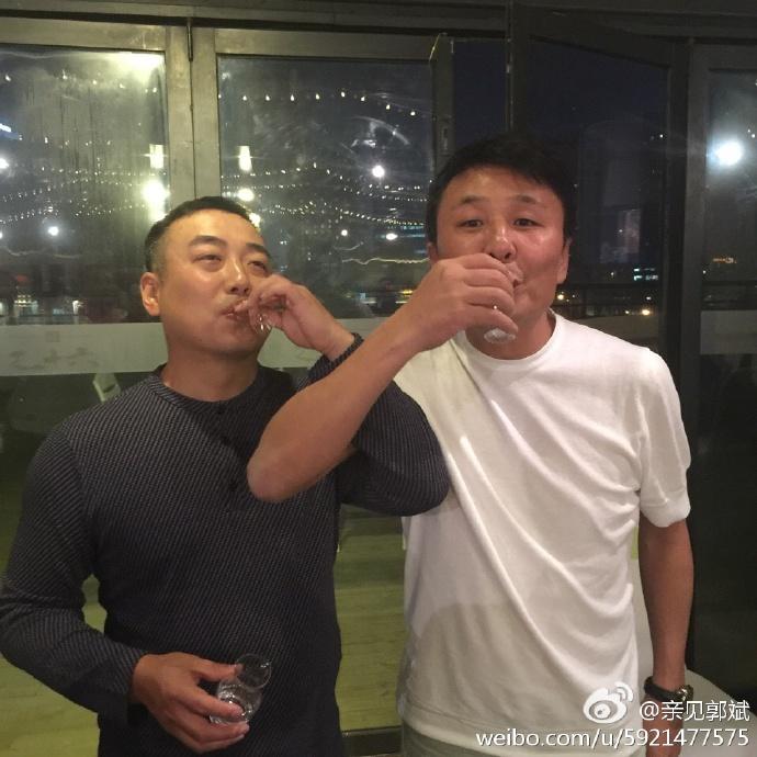 郭斌晒与国乒大合影 和寿星刘国梁喝交杯酒