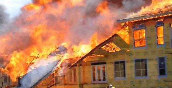 图文无关 巴尔的摩消防局发言人表示,消防员于午夜12点30分左右赶到火灾现场时,发现那栋三层楼的房子的每层房子都在起大火,该名女子和三个孩子从大火中逃了出来,但女子和其中两个孩子伤势很重,另一个孩子伤势较轻。 住在房屋内的孩子的年纪在8个月到11岁之间,其中两名年纪在4到5岁的男孩被及时救出,另外一名8岁的女孩和40岁的母亲也被救出。