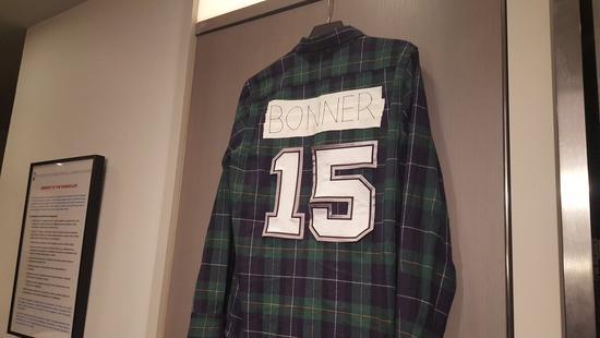 马刺官方不退役球衣?邦纳自己来 挂15号格子衬衫
