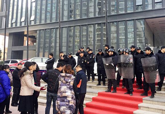 """郑州一楼盘延期交房 防暴盾和保安""""常驻""""售楼部"""