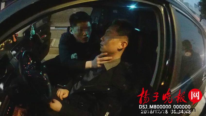 老司机身份惊吓民警 载客醉驾又在机动车道睡着的原来是他