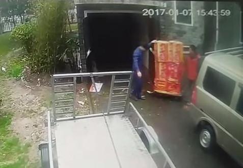 网约车司机为赚50元车费运烟花爆竹 被拘留5天