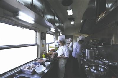 """火车上的大厨:""""摇摆""""中切出1毫米薄青笋片"""