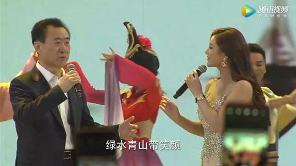 首富王健林年会再展歌喉 网友:被事业耽误的歌手