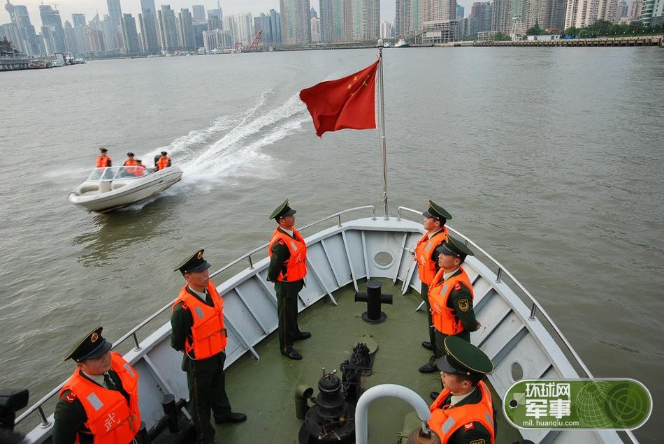 """黄浦江上无名英雄:走进上海滩""""水上蛟龙""""部队"""