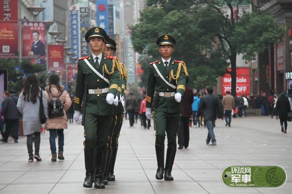 霓虹灯下新哨兵:守卫南京路的上海国际名片