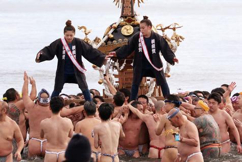 日本成人节:男子进冰水女子冒雪射箭