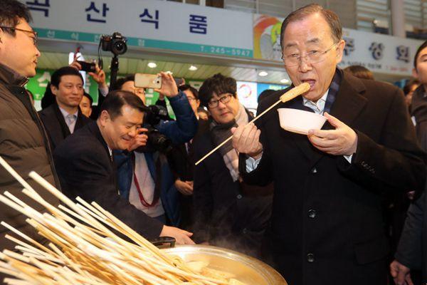 潘基文走访釜山一市场 当众撸串秀亲民