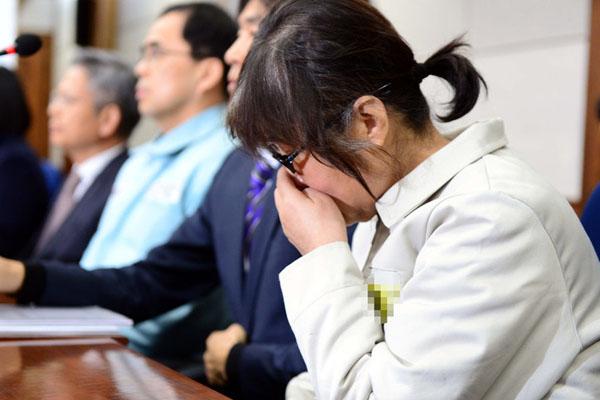 """韩法庭举行""""干政门""""首次正式审判 崔顺实出庭低头掩面"""
